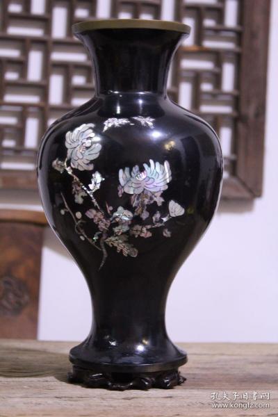 民国时期铜胎漆器螺钿花卉赏瓶