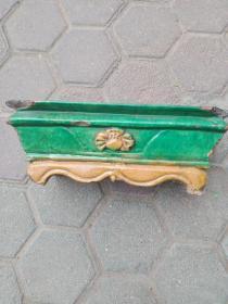 明代黄绿彩香炉,造型端庄,釉色滋润, 边有磕碰,介意者勿拍。永远保真,    售出不退。