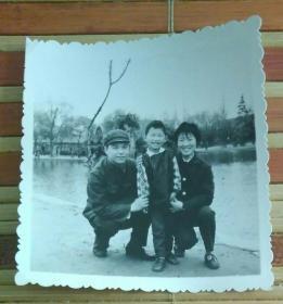 在河边的一家三口合影照片