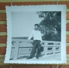 站在桥上的男子照片