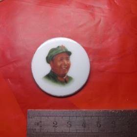 【包老瓷章  右看稀少】福建德化新建瓷厂敬制的《毛主席瓷像章》