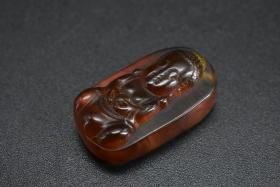 (乙4351)《琥珀吊坠》一个 佛像图案 琥珀天然非人工合成如图片在紫光灯下有荧光效果 顶端有牛鼻孔 尺寸:2.3*1.31*0.76cm 重:1.64g 琥珀非晶质,常以结核状、瘤状、小滴状等产出。有的如树木的年轮,呈放射纹理;可含有动物遗体、植物碎片等。