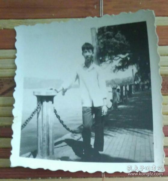 站在河畔的男子照片