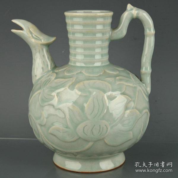 宋龙泉青釉瓷雕刻缠枝花纹凤头壶
