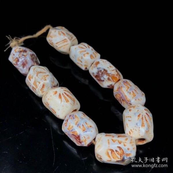 辽金时期鸡骨白老玛瑙手串128尺寸:约15*20毫米,10颗皮壳老道,风化自然,孔道老气,玛瑙是佛教七宝之一,自古以来玛瑙一直被当为辟邪物、护身符使用,象征友善的爱心和希望,佩戴玛瑙可以招财,还可以辟邪还可以对身体有一个养生的作用。