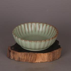 青釉支钉葵口碗