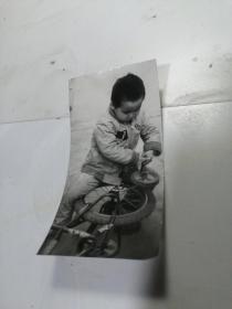 小孩玩车照片