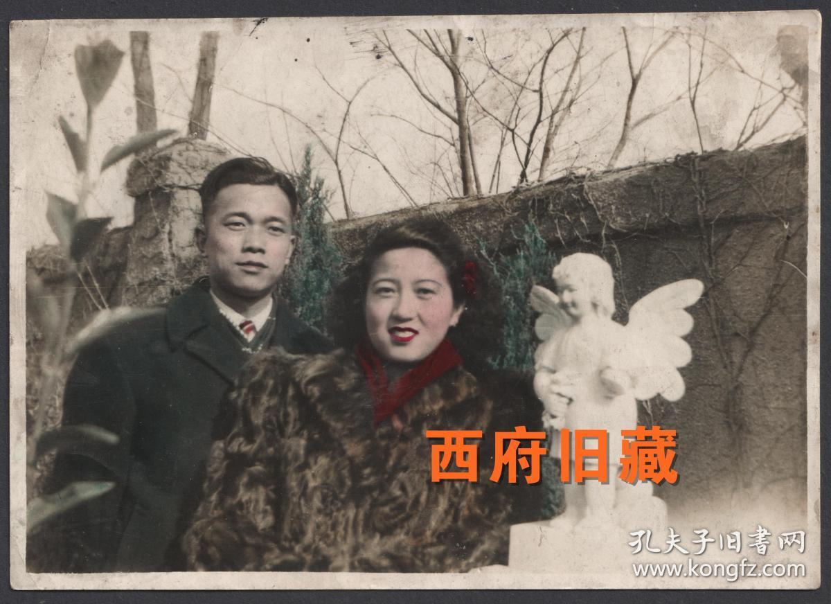 民国老照片,手工上色情侣合影照,身着时尚皮草的女士,在长着翅膀的小天使前留念