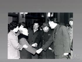 【珍罕 骆玉笙 老照片】老艺术家 骆玉笙 和工人们 17.5x12.5cm。徐家达摄影