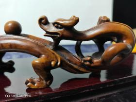 黄杨木雕刻双龙戏珠笔架,包浆厚重。选用上等黄杨木,造型老气古朴