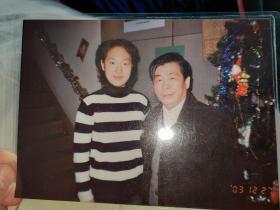 四小名旦毛世来的孙女·青衣名家——毛兰与画家孙金彭照片一张(12㎝×18㎝)