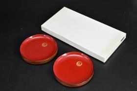 (乙4830)《日本传统工艺漆器》原盒漆盘一对两件全 木胎漆器 日本平塚八幡宫 盘内朱漆带鹤纹 制作精美、细腻 直径:15cm 厚度为:2.2cm 公元前二百多年中国的漆艺就开始流传到日本,由于地理环境相似,日本也组织起了漆器生产,形成了日本独特的漆器风格。