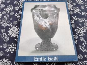 """1980年三越美术馆特展《玻璃之诗~艾米尔·盖勒玻璃器大师特展》16开九成新,200页,100件组玻璃器 家具 等器物,此展从巴黎装饰博物馆,德国杜塞尔多夫博物馆借展最顶级的大师玻璃器皿,致力于描绘玻璃艺术的自然之美与简洁。他的设计被誉为""""玻璃之诗"""",涵盖瓷器、珠宝与家具。盖勒的每件作品都展示了他的大师级的技艺,艺术家的革新与设计师的技巧。 另付相关文献此艺术家出版物,展品详尽说明"""