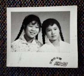 文革时期 长辫子美女在北京和平里照相馆留念老照片