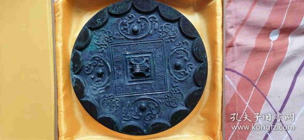 不知什么年代大尺寸铜镜,自然陈旧。年纪老了,原收藏品低价出售。支持鉴定。