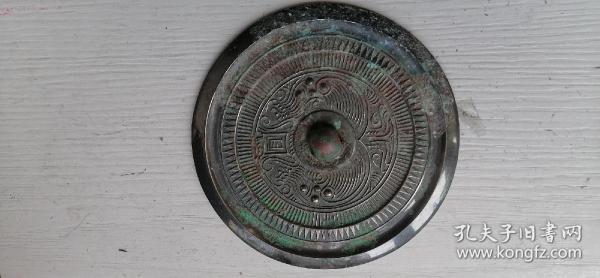 不知什么年代铜镜,直径12厘米。年老低价出售。