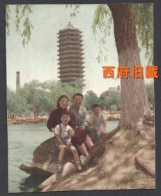 五十年代,北京大学的未名湖畔,以博雅塔为背景的(旁边还有一只很高的烟囱),手工上色全家福合影老照片