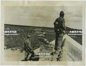 1937年9月4日卢沟桥事变后,在北京郊区南口一带警戒的侵华日军哨兵老照片