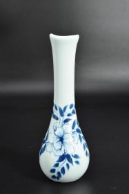 (乙4845)《陶瓷花瓶》一件 外壁手绘花卉图案 瓶口造型独特 瓶口直径约为:3.53cm 瓶身最宽处约:6.8cm 瓶高:19cm 花瓶是用来盛放花枝的美丽植物,花瓶底部通常盛水,让植物保持活性与美丽。
