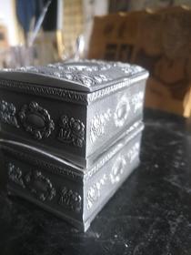 一对金属浮雕首饰盒锡盒一包烟钱