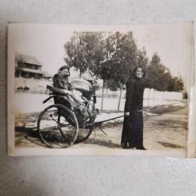 民国老照片  女中教师拉黄包车