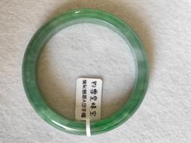 翡翠A货手镯 糯种满绿 圈口57.9毫米 重55.2克 正圈 色彩不均匀 余无瑕疵 1500元包快递 处理品不议价不退货。