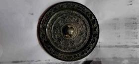 """黑漆古汉代六鸟兽铭文镜。铭文有""""徐氏作""""。"""