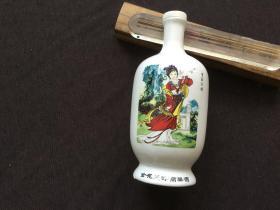 金花天津高粱酒瓶(底座有磕碰掉一小块请看图)尺寸:7.5/7.5/21cm只发快递