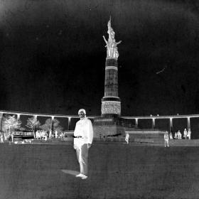 【老底片】哈尔滨防洪纪念塔前的姑娘(52801)