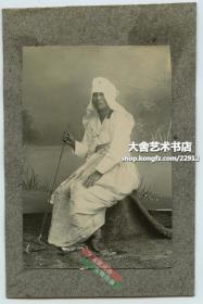 清代朝鲜人韩国人典型人物照相馆肖像老照片~戴白帽子柱棍年轻男子,拍摄者是从人类学民族历史研究记录研究角度拍摄的