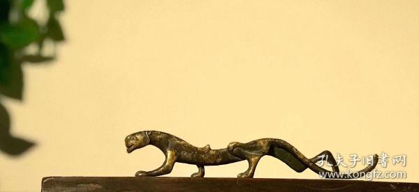 文房案头雅设·铜汉虎虎,笔架,长20公分 汉虎造型,虎头较小,带飞翼,做工精致,重约300g,笔搁,把玩馈赠……