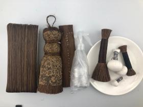 木版水印    全套印刷工具  搪子(耙子)马鬃制作20×8cm+大棕刷  棕皮制作(15×8)cm +小棕刷棕丝制作(18×5)cm  +小老虎棕丝制作 (10×2)cm +拓包 (大中小三个直径4.5-3.5-2.5cm左右)每一张都经过3遍以上仔细清洗,优质棕皮棕丝,因手工制作,尺寸有偏差,有特殊需要可注明,尽量满足。忘见谅!团购请联系客服。
