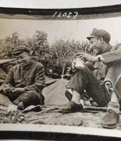 1951年彭德怀在朝鲜战场战地记者手工洗印原版照片,清晰度极高。后来1980年《彭德怀纪念册》采用此张照片。附送画册出版物(1980年军事博物馆).