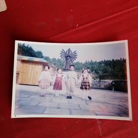 老照片:四个孩子 背景千手观音