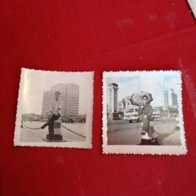 老照片:同一地点同一人不同时间 背景一辆公共汽车 伟大的中华人民共和国万岁