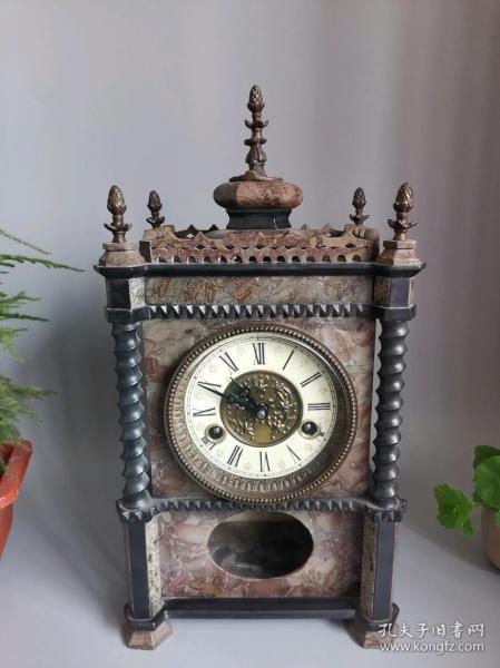 【国外回流】精品石英钟表一件、做工非常的精美、漂亮、大气、工艺精美、顶部宝塔造型、造型优雅漂亮、走时精准、非常合适居家、会所、雅间摆放。 尺寸:长:22•宽16•高43•重8.79公斤。
