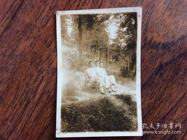 民国时期照片,3个女子在树林间合影