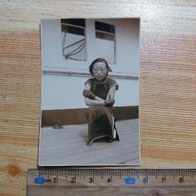 民国老照片:旗袍女子在皇后号邮轮上留影
