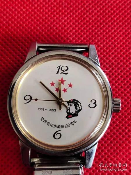 93年的纪念毛泽东诞辰100周年纪念手表,机械手动上弦,军帽头像五颗红星表盘非常漂亮,正常走时,品相一级。绝对正品,保老保真。