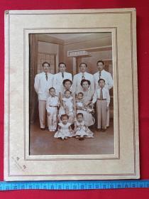 一般合影照140----约五十年代菲律宾马尼拉萨拉扎尔街424号蝴蝶照相馆拍摄的华侨一家人大幅合影照片(蝴蝶照相馆、424 SALAZAR ST MANILA)黑白老照片、老相片、老像片一张
