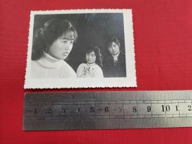 早期的美女艺术照片:3个同一美女在一张相片上