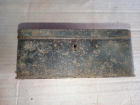 箱31,晚清 外国带锁小铁盒,底部带外文,品弱,广告铁盒,13*8*5.5cm。无钥匙