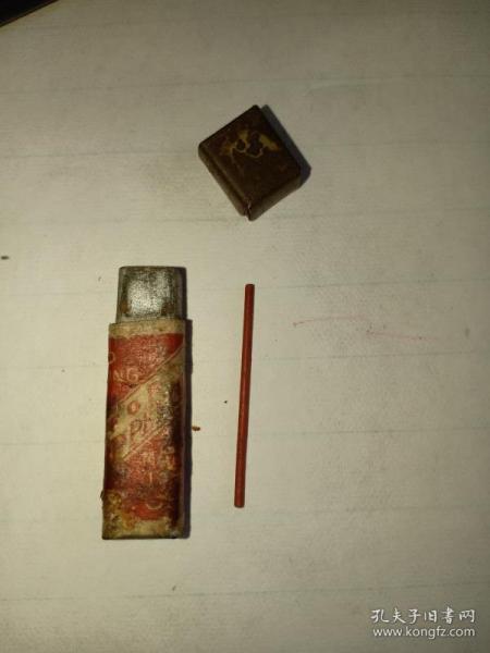 箱31,民国满洲国时期,日本东京红铅笔芯广告铁盒,内还剩1根,3.7*0.8*0.5cm
