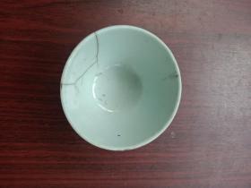 清代或民国,瓷器,小瓷碗,这是一只碰坏又在小炉匠的修复下破镜重圆!照常使用,有四个锔钉,其中一个脱落。从瓷质来看,比较细腻,不是一般家庭所拥有,应该是在中产家庭以上,但也不失良好的简朴家风!详情见图以及描述。