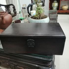 清代红木盒一只,有内隔层储槽,胶链半脱落,包真包老,存于翠竹苑东博古架