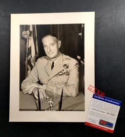 """""""朝鲜战争联合国军第三任总司令"""" 马克·克拉克 亲笔签名照片(约8×10英寸) ,由三大签名鉴定公司之一PSA/DNA提供鉴定"""