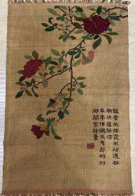 """清代,缂丝花卉诗文镜芯 规格:66×104cm 缂丝以梭代笔,淋漓尽致地再现了书画作品的风貌。其工艺是用专门的小梭子以彩色丝线分段织纬,一种颜色的纬线并非贯穿全幅,而是采用回纬,形成""""通经断纬""""的现象,古人形容""""承空视之,如雕镂之象""""。以缂丝工艺织成的书画作品,装裱形式与画卷相同,只是以缂丝形式展示,彰显了缂丝工艺的独特魅力。"""