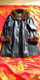 包邮!20年前在品牌庄子专卖皮衣店购入,毛领毛袖纯羊皮大衣。购入价4800元。XL号,长约88厘米,宽约55厘米。适合1米65左右,中等偏丰满,110一120斤女士