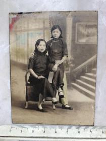 民国时期两个端庄大方的旗袍美女原版老照片