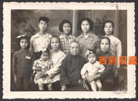 1956年,一个广东潮汕地区家庭的全家福合影老照片